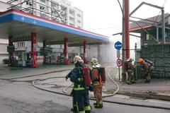 中油加氣站瓦斯外洩! 新北消防向白煙射水排除狀況