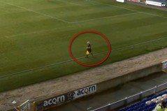 好糗!足球賽AI攝影機誤把「光頭裁判」當球追蹤 射門鏡頭沒了