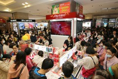 天冷買氣熱 新光三越台北站前周年慶人潮塞滿樓面