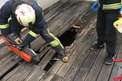 淡水私大傳墜樓 男大生卡一樓木棧道骨折送醫