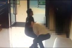 大樓保全沒代收包裹 竟被住戶摔角教訓打到求饒