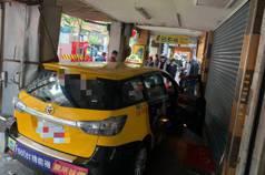 台北計程車疑為閃避自行車 衝入騎樓釀4傷