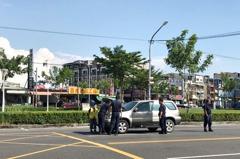 男子開車綠燈起步突熄火 高雄4警員衝出推車救援