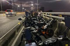 扯!高雄竹湖橋13輛機車撞成一團 機車道變停車場