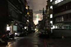 一地震就想到921...晚間剛好9時21分! 信義區巷弄停電