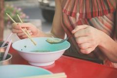 尷尬!天兵情侶併桌用餐要求「勿搖桌」 不知地震網笑翻