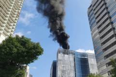 北巿光華商圈全球人壽新建工地 頂樓火災冒濃煙出動12輛消防車