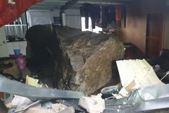 瑞芳巨石衝破鐵皮屋 住戶直呼:不敢住了