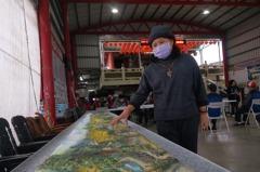 羅東北成里出版刊物 請畫家彩繪社區版「清明上河圖」