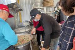 寒流將來襲!陳柏惟服務處今送100份海鮮粥送暖到社區