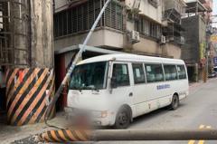 影/社區接駁巴士司機疑恍神撞路邊電線桿 乘客一傷
