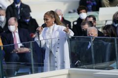 珍妮佛羅培茲為美國總統就職典禮而來!「暫時停止攻擊村莊」大唱愛國歌曲