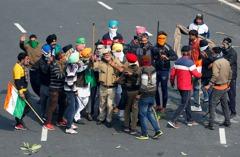印度農民抗議揮劍對抗警棍 衝突暴力化