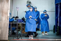 香港再有大樓爆疫情遭圍封 居民強制病毒檢測