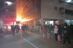 台南市北區公教大樓清晨起火 百名住戶緊急疏散
