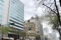 影/北市忠孝東路大樓失火黑煙竄 64消防員搶救中