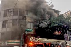 北市中山區棉被店濃煙竄出 消防員現場搶救中