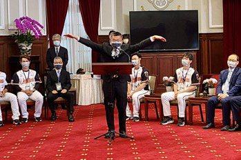 中職/超級獅迷賴清德缺席 蔡其昌爆料:他興奮到扭傷腳
