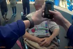 輪椅翁迷途遇警指向天邊 一張紙片近在眼前有答案
