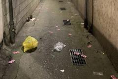影/萬華警掃黃業者急銷毀證物 小巷竟下起「套套雨」
