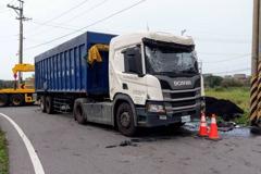 桃園大貨車過彎翻覆載運煤炭散落路旁 警方查超載究責