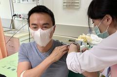 「世間情」男星搶第一偕妻打新冠肺炎疫苗 驚訝「領萬元酬勞」