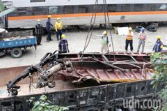 太魯閣號撞車事故 吊掛肇事的義祥工業社工程車殘骸