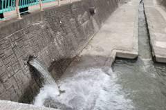 中市水溝冒水被指破管? 水公司:復水前清垢