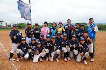 78歲打擊手阿嬤登場 歡呼聲不斷 竹縣主委盃棒球賽登場