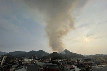 影/南投魚池國中後方起火燒山 林管消防人員全力撲滅中