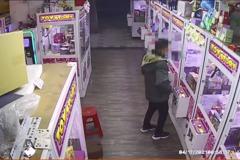 高雄娃娃機店遭竊 男子疑運用熱漲冷縮破壞機台玻璃
