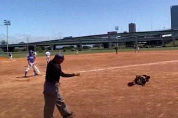 棒球/主審手臂遭暴投觸身 板中:球員當場道歉並自責