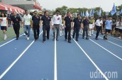 好美!斗六高中藍跑道啟用媲美奧運等級 師生樂開跑