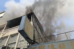 台南市新市區3樓透天厝起火 濃煙滾滾