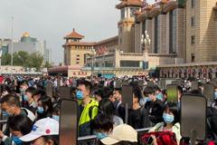 陸五一長假進入尾聲 北京車站湧現人潮