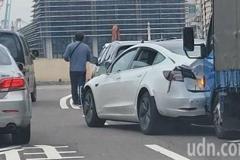 特斯拉基隆東岸高架被追撞 車尾毀了女駕駛警車送醫