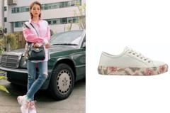 把花卉印花藏鞋底 徐若瑄秀出春夏最浪漫的運動鞋