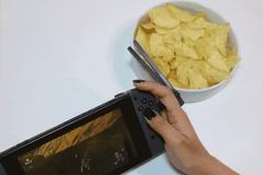 玩遊戲邊吃零食怕手髒?美國團隊開發「懶人筷」募資獲千人支持