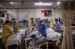 新冠地獄!印度醫護開救護車 把確診者屍體「直接丟河裡」
