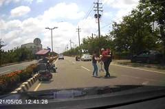 8旬翁電動車沒電受困路中間 年輕猛警「公主抱」救援