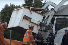 不睡床改睡垃圾桶 13歲少年被倒進垃圾車絞死