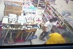 影/男子賣場偷走婦人錢包 實聯制加監視器瞬間現形