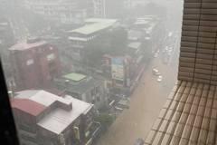 豪雨來襲!新店永業路、華城路已淹水