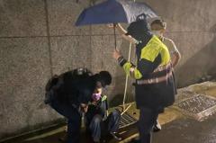 桃園80歲長者深夜雨天坐路邊 平鎮警關懷送回家