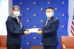 台美真朋友 陳其邁送玉荷包到AIT高雄分處傳達這意涵
