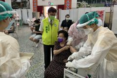 被總統的話感動 8旬婦忍打針恐懼勇敢接種疫苗