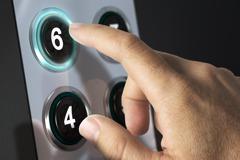 電梯按鍵上貼了一個字 眾人笑翻:這才是「關」鍵