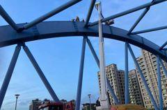 驚險一瞬間!台中消防員冒險爬20米高金母橋 救下婦人