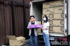 影/鄭正鈐代表新竹接下廠商捐贈第一批快篩試劑