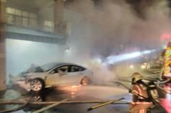 台南Tesla事故著火 鋰電池難滅 台南消防花了20噸水